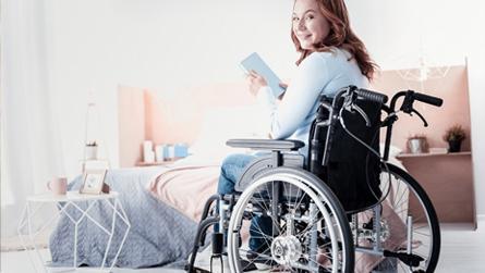 une femme en fauteuil roulant