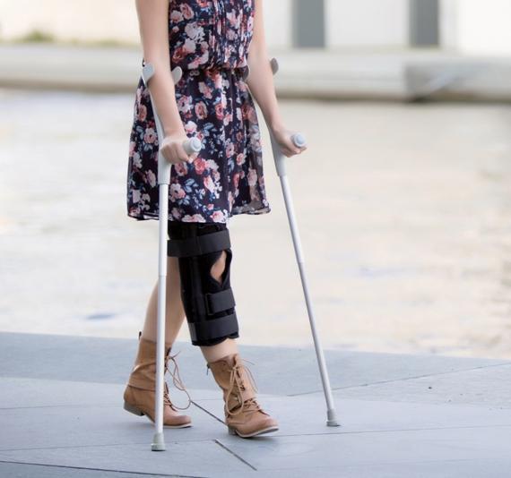 une femme marche avec des béquilles